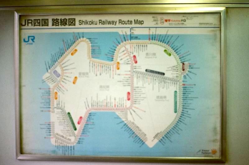 電車内で見た四国の路線図。強烈なインフォグラフィック
