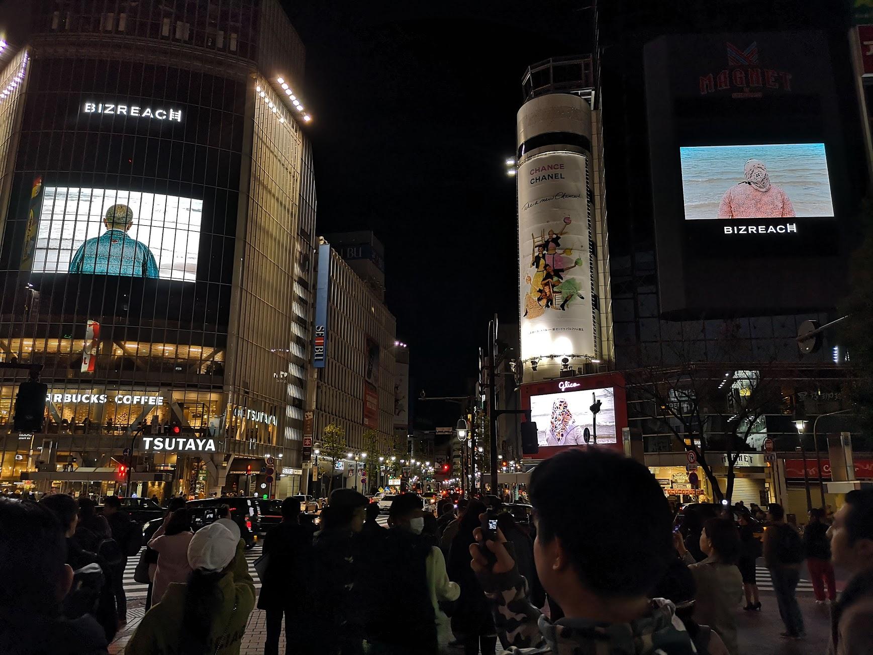 渋谷スクランブル交差点でソフィ・カルの4画面ジャックインスタレーションを鑑賞